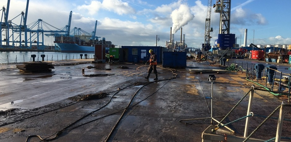 Cleaning cargo barge Greenbarge 1